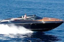 Take a ride on the French Riviera on this stunning boat !