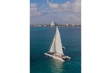Enjoy Cancun's sun on this incredible catamaran !