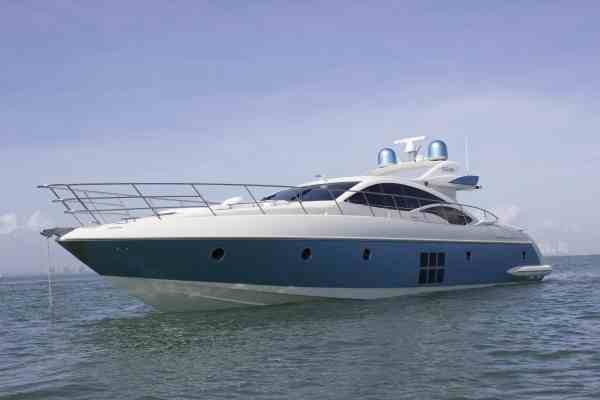 This 68.0' Azimut cand take up to 12 passengers around Hollywood