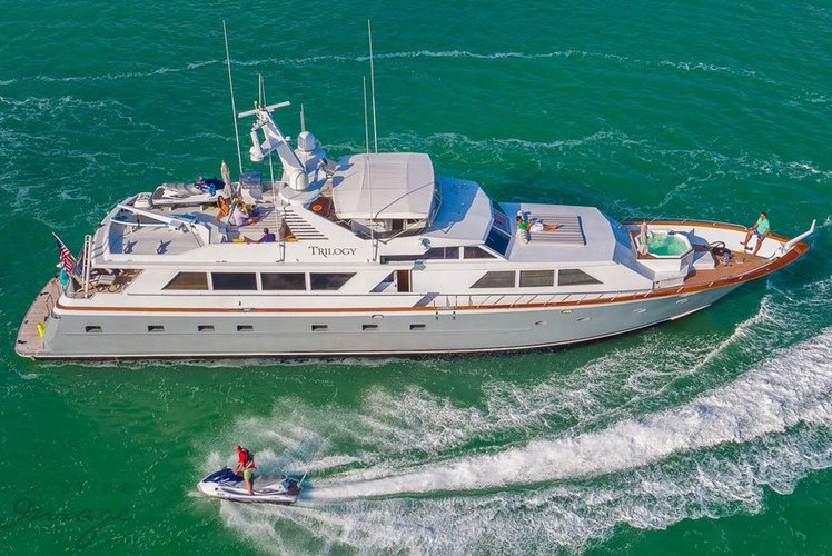 Luxury boat rentals miami beach fl broward cruiser 5877 for Miami fishing party boat