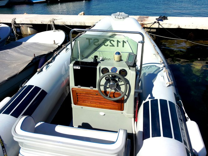 This 20.0' Joker  Boat cand take up to 7 passengers around Slatine, Split