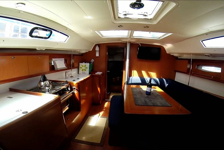This 36.6' Oceanis cand take up to 8 passengers around Palma de Mallorca