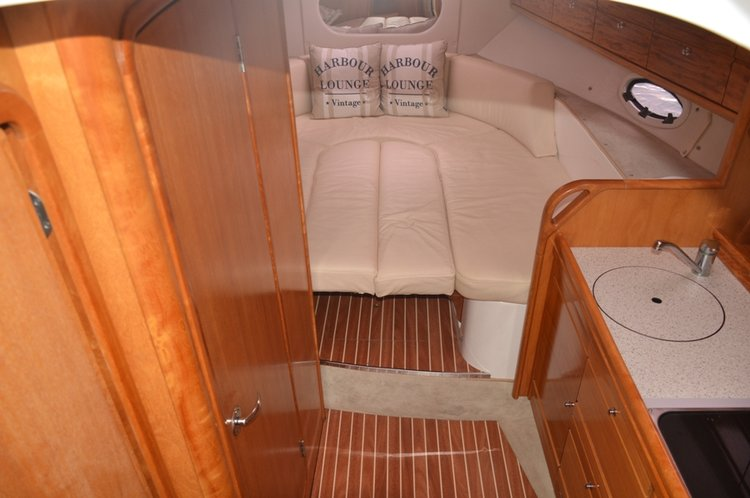 This 29.0' Bavaria Yachtbau cand take up to 4 passengers around Šibenik region