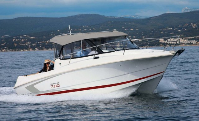 This 23.0' Bénéteau cand take up to 4 passengers around Split region