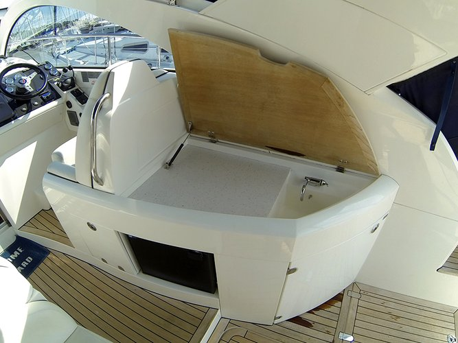 This 39.0' Fairline Boats cand take up to 6 passengers around Šibenik region