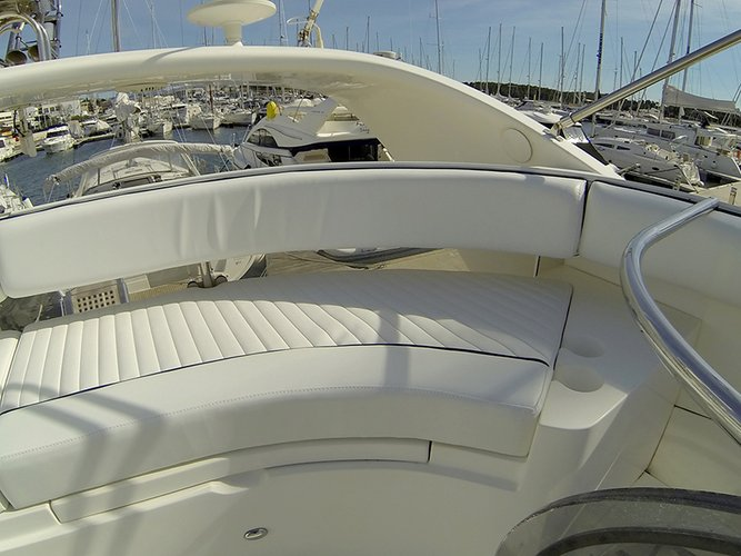 This 51.0' Fairline Boats cand take up to 7 passengers around Šibenik region