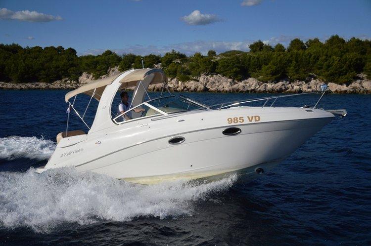 This 28.0' Four Winns Boats cand take up to 4 passengers around Šibenik region