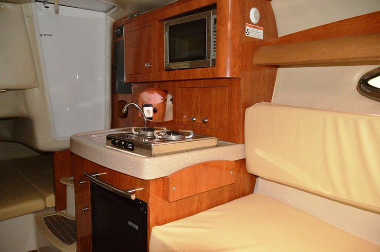 This 28.0' Four Winns Boats cand take up to 4 passengers around Split region