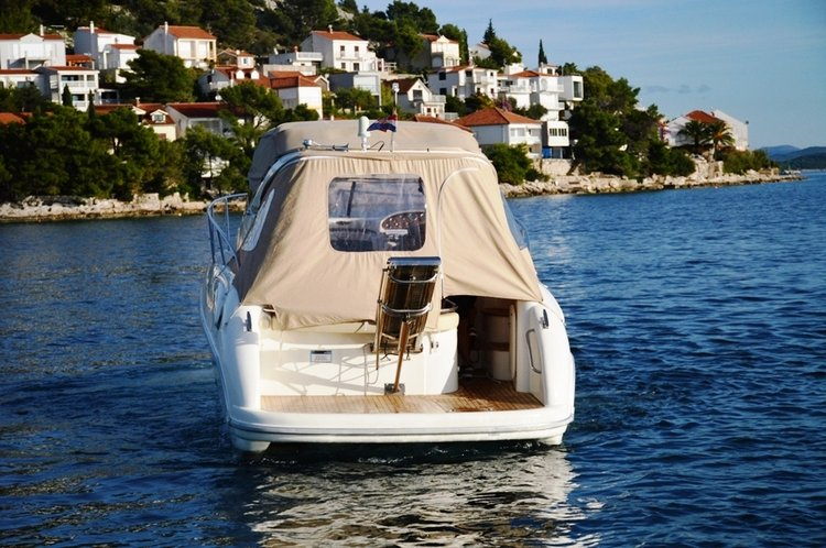 Up to 4 persons can enjoy a ride on this Other boat