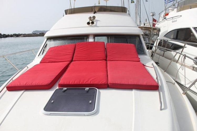 This 39.0' Princess Yachts cand take up to 4 passengers around Peloponnese