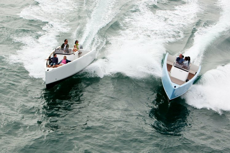 This 23.0' Smartboat cand take up to 6 passengers around New York