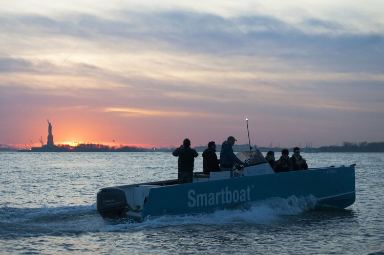 Discover New York surroundings on this Smartboat 23 Smartboat boat