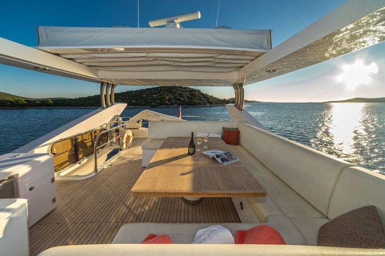 Discover Šibenik region surroundings on this Sunseeker Yacht 80 Sunseeker International boat