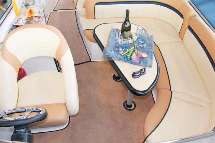 This 31.0' Viper cand take up to 4 passengers around Istra