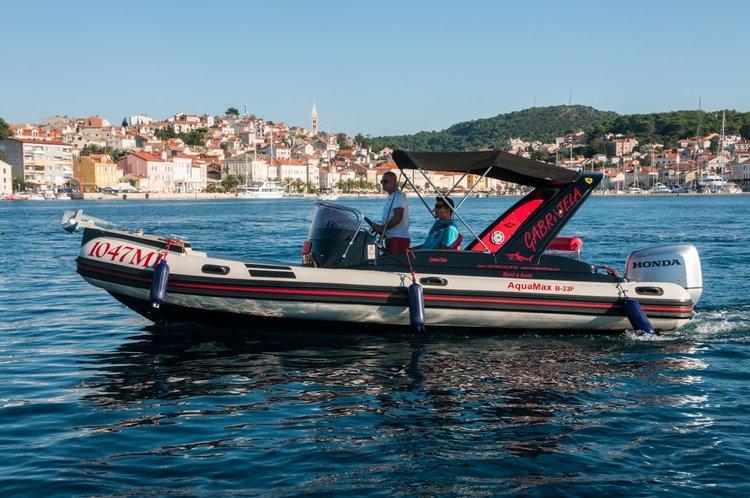 This 24.0' Inmark Marine cand take up to 12 passengers around Split region