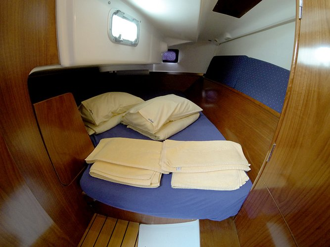 Discover Šibenik region surroundings on this Oceanis Clipper 311 Bénéteau boat