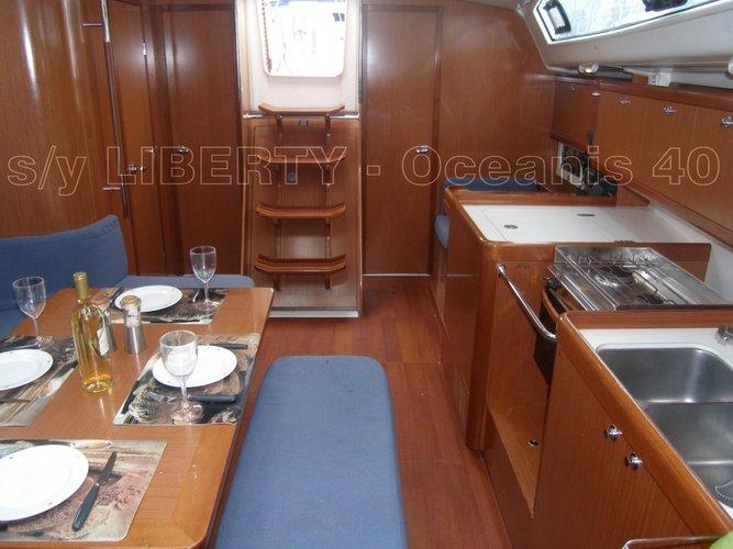 This 39.0' Bénéteau cand take up to 8 passengers around Saronic Gulf