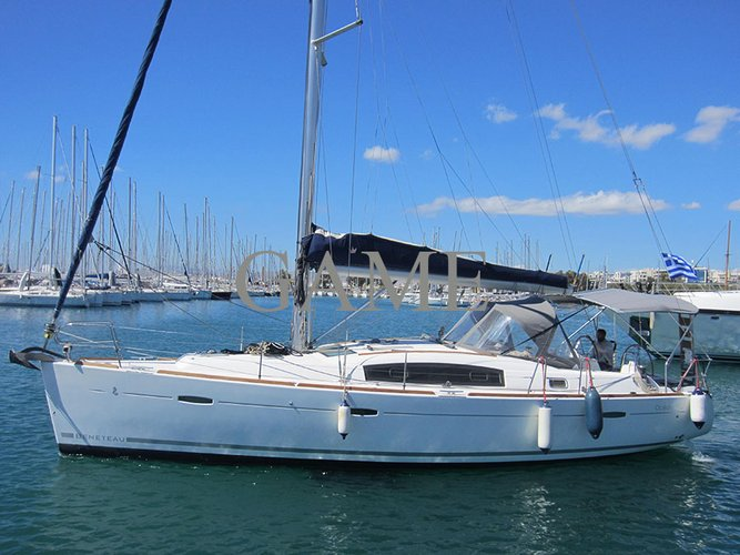 Discover Saronic Gulf surroundings on this Oceanis 40 Bénéteau boat
