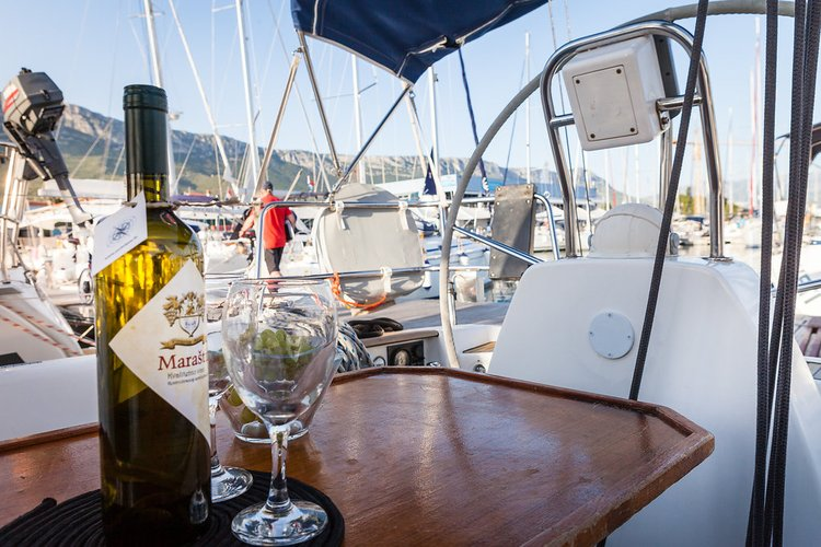 This 34.0' Dufour Yachts cand take up to 6 passengers around Split region