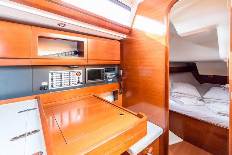 Discover Split region surroundings on this Dufour 405 GL Dufour Yachts boat