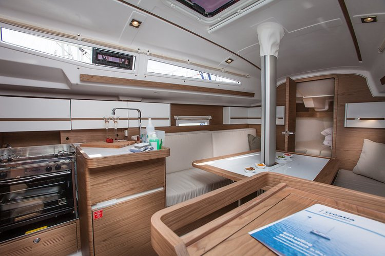 This 30.0' Elan Marine cand take up to 6 passengers around Split region
