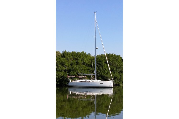 Discover Clearwater surroundings on this SO 409 Jeanneau boat