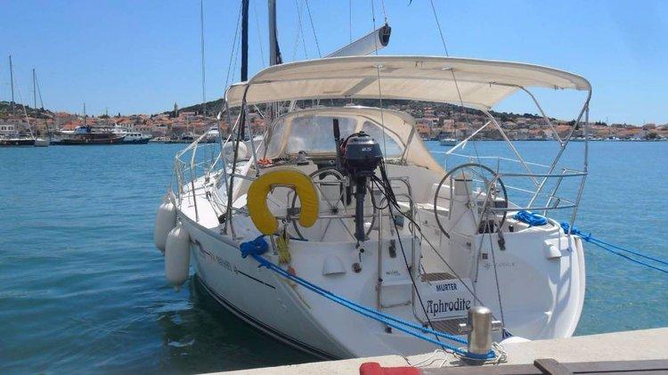 This 40.0' Jeanneau cand take up to 8 passengers around Šibenik region