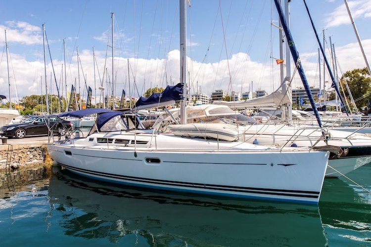 Discover Saronic Gulf surroundings on this Sun Odyssey 42i Jeanneau boat