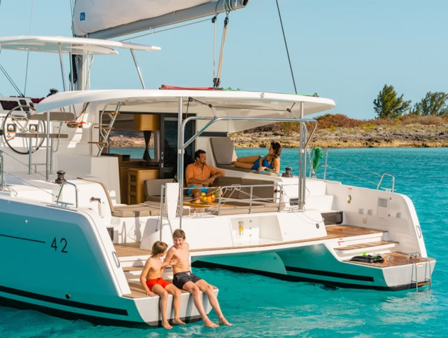 Discover Cyclades surroundings on this Lagoon 42 Lagoon-Bénéteau boat