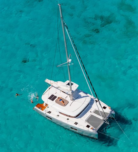 This 41.0' Lagoon-Bénéteau cand take up to 8 passengers around Cyclades