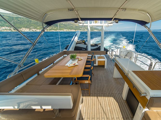 Discover Šibenik region surroundings on this Fairline Squadron 78 Fairline Boats boat