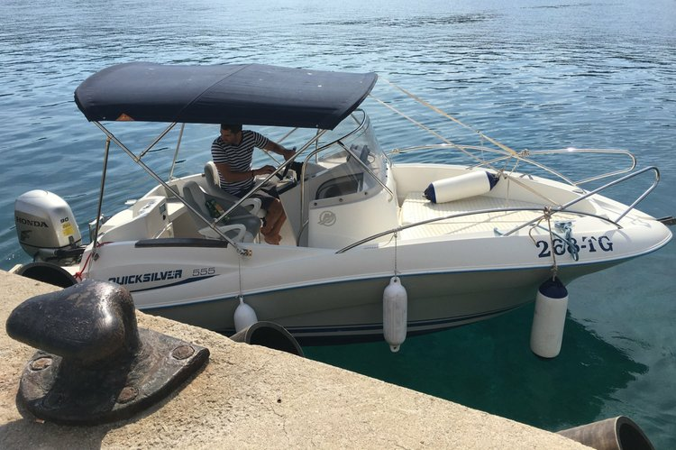 Up to 6 persons can enjoy a ride on this Center console boat