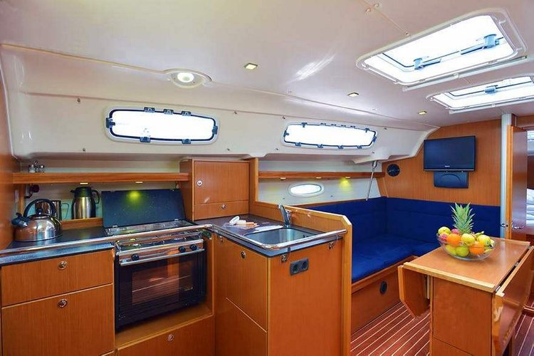This 35.0' Bavaria Yachtbau cand take up to 7 passengers around Šibenik region