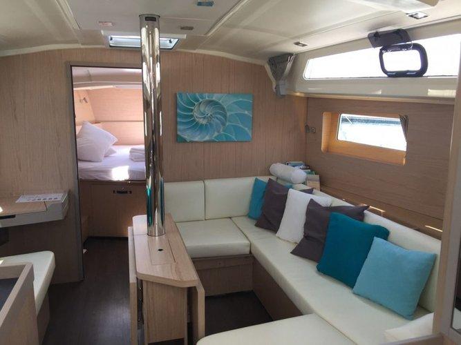 This 40.0' Bénéteau cand take up to 12 passengers around Saronic Gulf