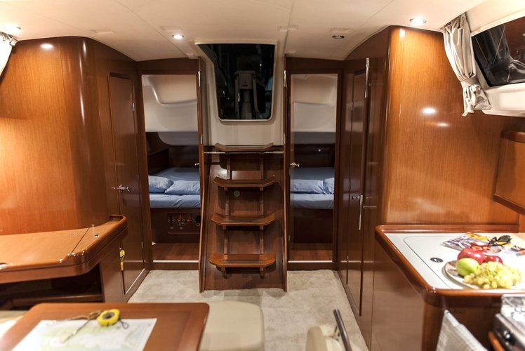 This 43.0' Beneteau cand take up to 10 passengers around Ionian Islands