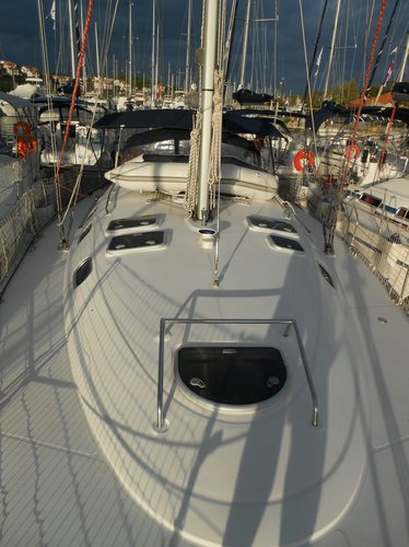 This 42.0' Dufour Yachts cand take up to 10 passengers around Istra