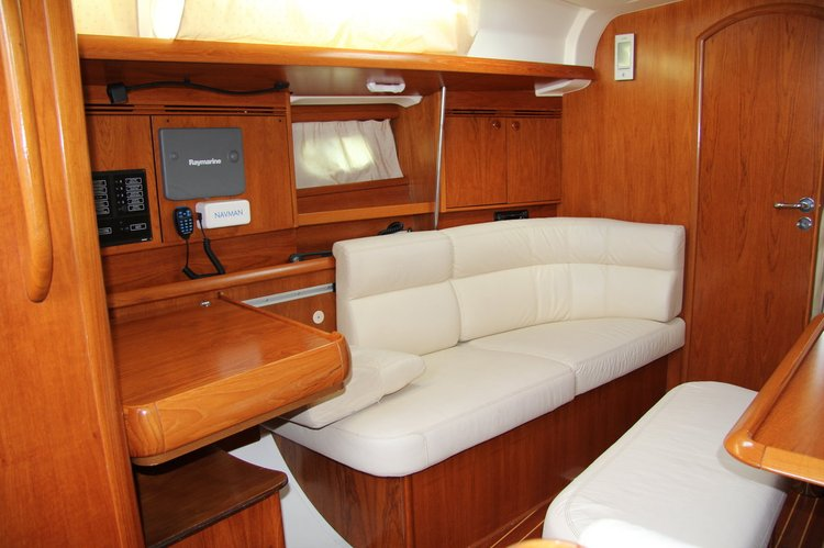 This 40.0' Jeanneau cand take up to 8 passengers around Split region