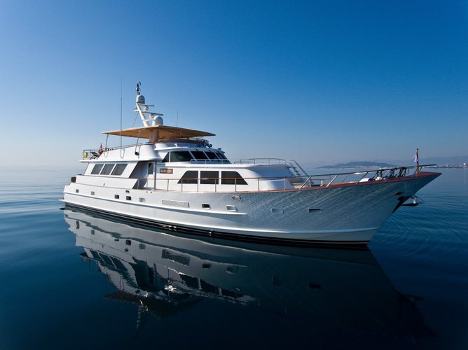 This 99.0' Broward cand take up to 6 passengers around Split region