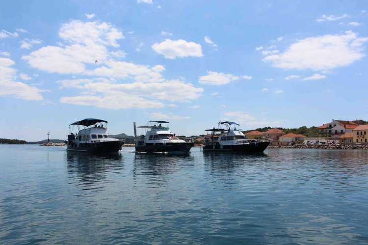Discover Zadar region surroundings on this Payo 1225 Fly De Groot boat
