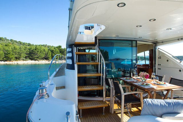 This 58.0' Fairline Boats cand take up to 6 passengers around Zadar region