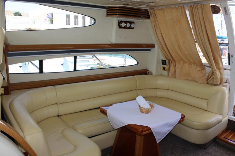 This 46.0' Sealine cand take up to 8 passengers around Split region