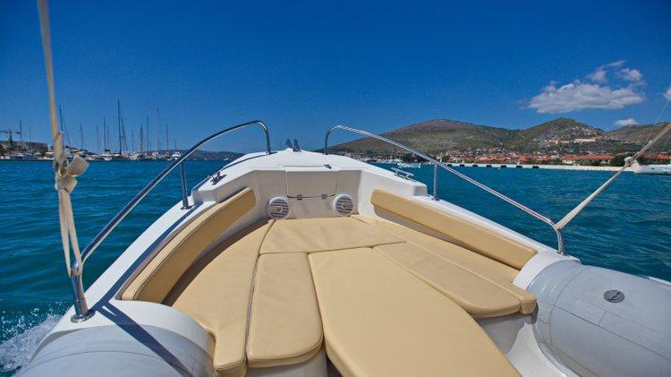 This 20.0' Inmark Marine cand take up to 8 passengers around Split region
