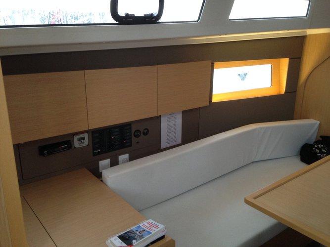 This 37.0' Bénéteau cand take up to 6 passengers around Saronic Gulf