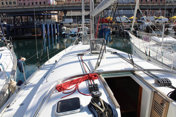 This 43.0' Bénéteau cand take up to 10 passengers around Tuscany