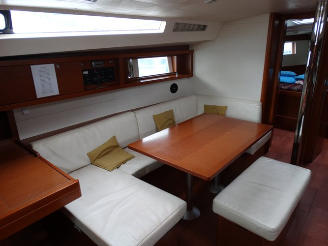 This 47.0' Bénéteau cand take up to 10 passengers around Saronic Gulf