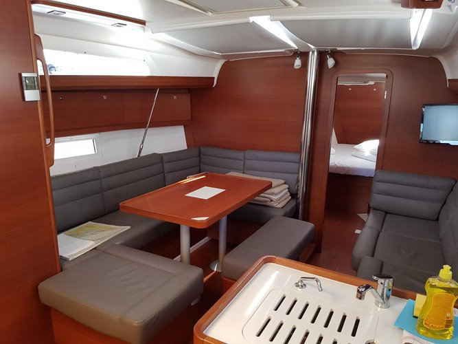 This 41.0' Dufour Yachts cand take up to 8 passengers around Zadar region