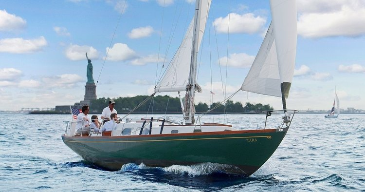 Discover the art of sailing on a beautiful Hinckley Pilot 35!