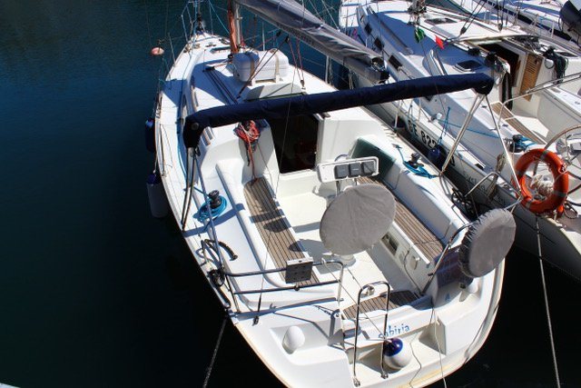 This 31.0' Jeanneau cand take up to 6 passengers around Tuscany