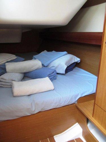 This 35.0' Jeanneau cand take up to 8 passengers around Šibenik region