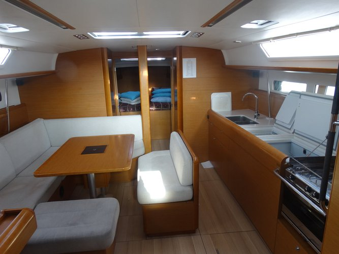 This 46.0' Jeanneau cand take up to 8 passengers around Dodecanese